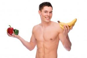 Mann mit Bananen und Paprika
